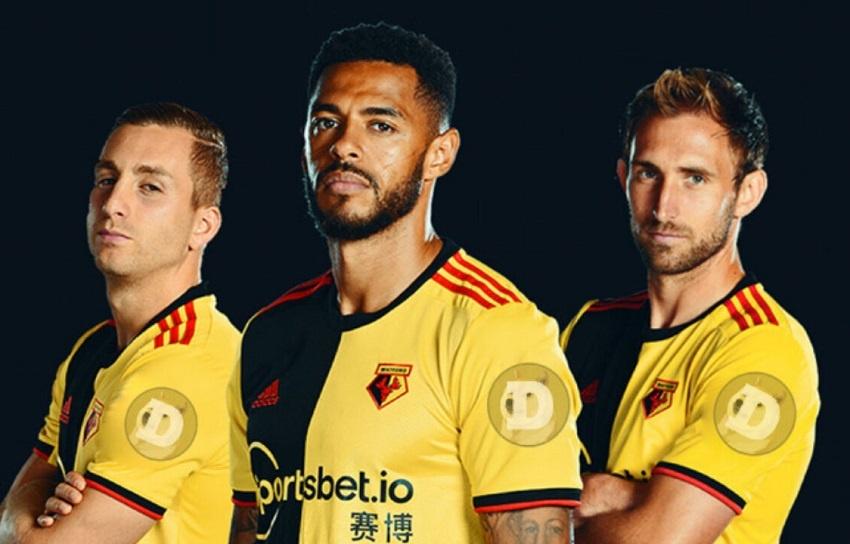 Le logo Dogecoin présent sur le maillot des joueurs du club de football anglais Watford pour la saison 2021-22