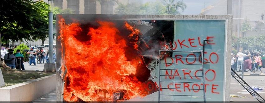 Manifestations au Salvador, la foule brûle un distributeur de Bitcoin
