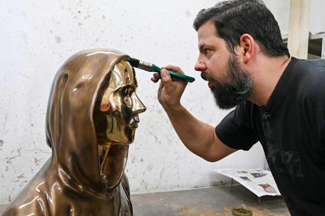 artiste statue satoshi nakamoto
