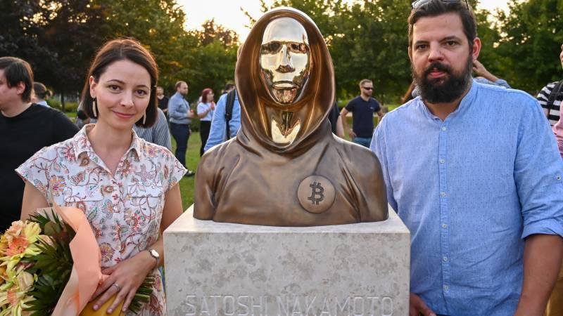 sculpteurs Tamas Gilly et Reka Gergely statue satoshi nakamoto bitcoin
